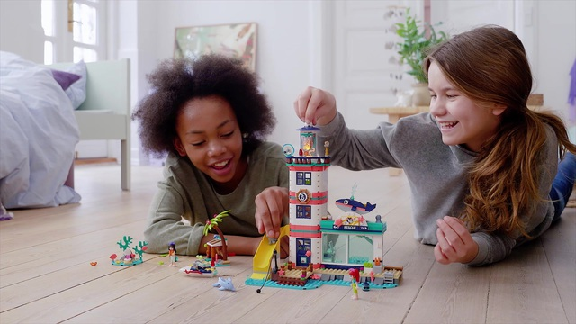 LEGO Friends - Lighthouse Rescue Center 41380 Video 9